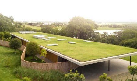"""Casa com teto """"verde"""" eleva conceito de arquitetura sustentável O """"sol na laje"""" vai se sofisticar com essa residência"""